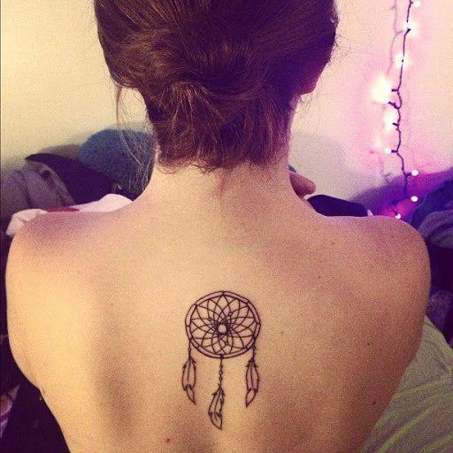 Tatouage capteur de rêve sur le milieu du dos
