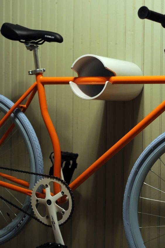 Precisa guardar a #bike e não tem espaço? Olha esta ideia de #façavocêmesmo! Corte uns 20 cm de tubo de pvc de alta resistência, faça o espaço do quadro da bike e prenda na parede!! #DIY #decoração #design #madeiramadeira