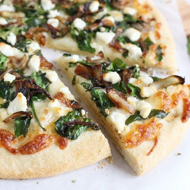 Friday's are for pizzaaa! 🍕 Een bloemkool pizzabodem van @magionipizza met mozzarella, spinazie, gekarameliseerde ui en geitenkaas! 🍴 Súper lekkere combi! Het recept staat online! #linkindebio HAPPY FRIYAAAY! 💕