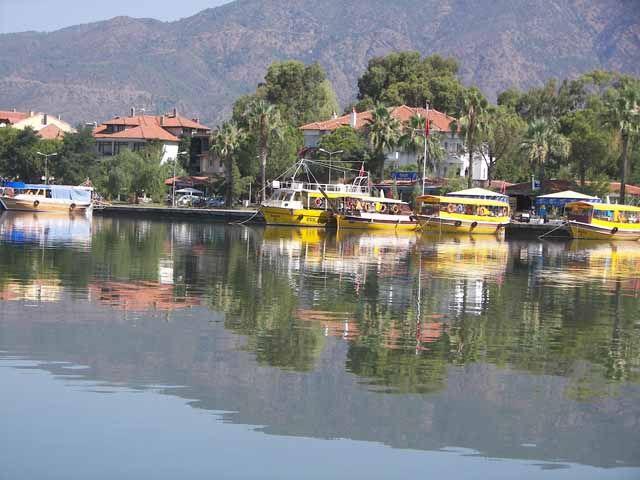 Köyceğiz, tarih ve doğa... Bir liman kenti olarak tarihi 4 bin yıla dayanan şehrin, tercih edebileceğiniz çok farklı özellikleri bulunuyor. Örneğin, Sultaniye köyunde termal kaplıcalara gidebilir, Yayla köyü ve Gökçeova'da safari yapabilirsiniz.