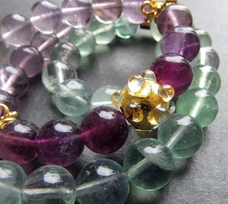 """Náhrdelník duhový fluorit Luxusní náhrdelník kombinující pastelové barvy a zlato. Materiál: 46x kulička fluoritu rfialové až zelenkavé barvy, 1x vinutka """"ježek"""" s plátkovým zlatem odAleale, 8x orientální pozlacený stříbrný (925) kaplík, lanko, magnetické zapínání  Rozměr: délka 51 cm,kuličky průměr1 cm"""