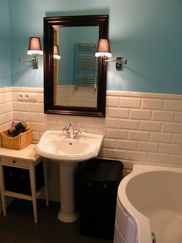 Vives Mugat Blanco MUGAT - RIVOLI: Mugat Blanco - 10x20cm. | Revestimiento - | VIVES Azulejos y Gres S.A. #bathroom #tile #lifestyle