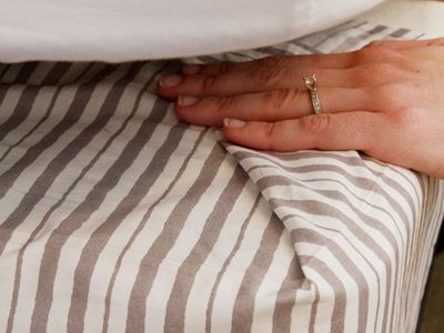 How to Make an Easy Bed Skirt - tutorial shows how to make this. Great beginner's project.