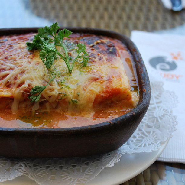 Lasagna en plato de greda.