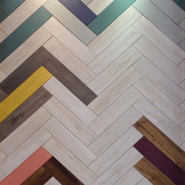Поговорим о пользовательских! Возможностей довольно бесконечная с этими #41zero42 #UColor плитки. Отлично подходит для #жилые и #коммерческие помещения! Вы можете найти эти камни в @tierrasolceramictile. #плитка #елочка #е. ходакова #yegdesign #дизайн #interiordesign #designerobsessions