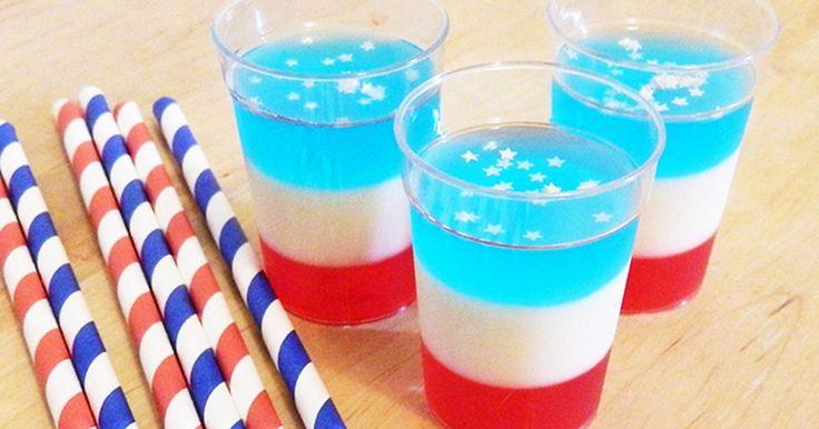 Cómo hacer tragos patrióticos de gelatina. Los tragos de gelatina de color rojo, blanco y azul son el postre perfecto para los adultos, ya sea en una barbacoa del Cuatro de Julio o en cualquier otra celebración patriótica. La siguiente receta rinde unos 45 o 50 tragos de gelatina.