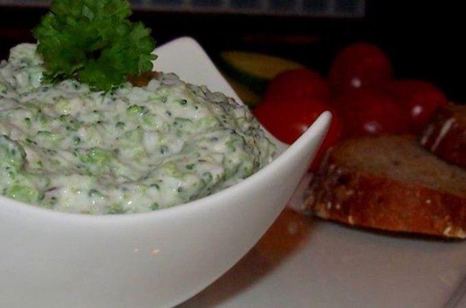 Brokolicová pomazánka | 1 ksmenší hlavička brokolice 2 stroužkyčesneku 1 ksčervená cibule tvaroh řecký jogurt sůl a pepř Brokolici krátce povaříme a rozmixujeme spolu s cibulí a česnekem. Přidáme tvaroh, jogurt a dochutíme solí a pepřem. Podáváme s čerstvým pečivem