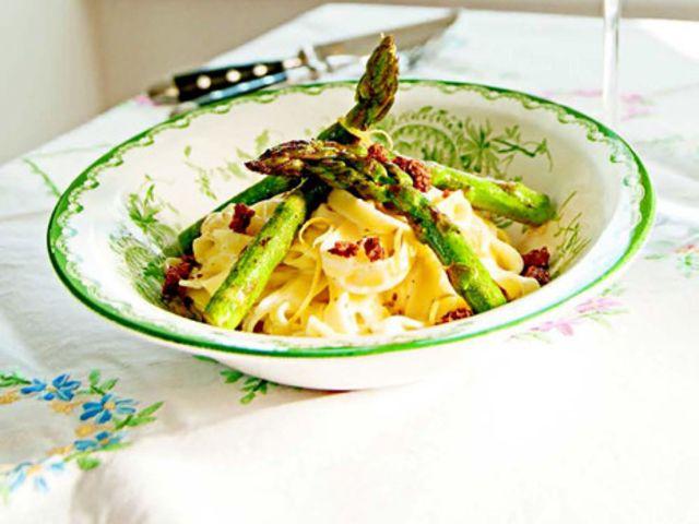 Pasta med citronstekt sparris och cantadousås (kock Håkan Larsson)