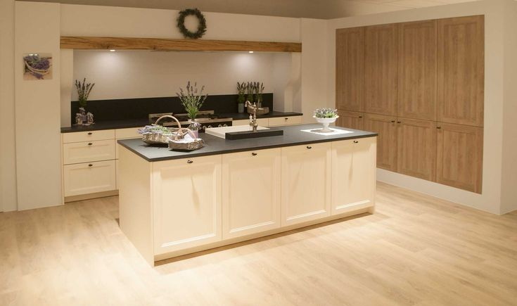 Deze landelijk keuken heeft een prachtige lichte kleur, namelijk de RAL kleur Magnolia, waardoor ...