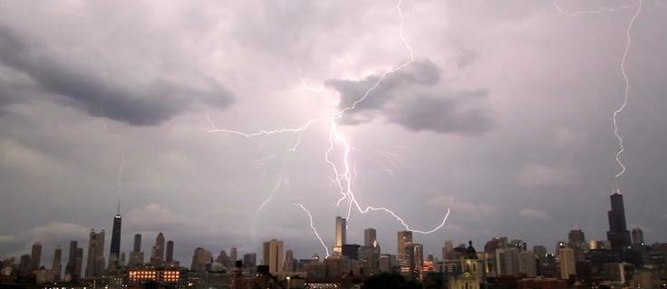 Множественная молния в Чикаго / Большие дома стали отличной мишенью для молний. Их размер не оставляет небесному электричеству выбора. Очень часто во время грозы молния бьет не в одно здание, а сразу в несколько. Ученые подсчитали, что ...