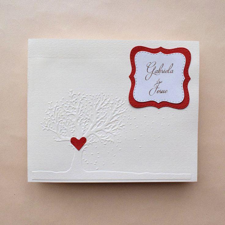 Invitación detalle en árbol y corazón, personalizada con el nombre de los novios.