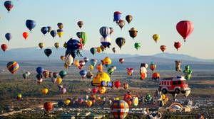 Γέμισε ο ουρανός αερόστατα