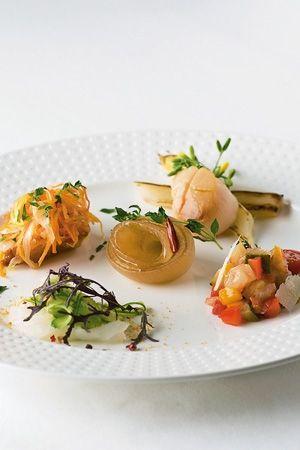 HATAKE AOYAMA: ここ最近、料理人が自ら畑を耕すことが増えている。こちらは、都心の一等地・青山のレストランに畑を併設。青山産野菜をメニューに組み込んでいる。料理長は神保佳永さん。フレンチのシェフとして、江戸の伝統野菜を使い、その復興に尽力する。