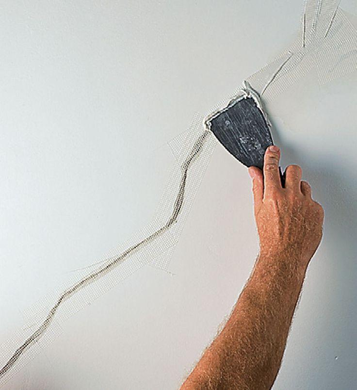 Jeżeli na Twojej ścianie pojawiły się rysy, zazwyczaj możesz naprawić je samodzielnie. Jest to bardzo proste zadanie, o ile przyczyną nie jest konstrukcyjna wada ściany. Zobacz jak wykonać naprawę rysy na ścianie krok po kroku.