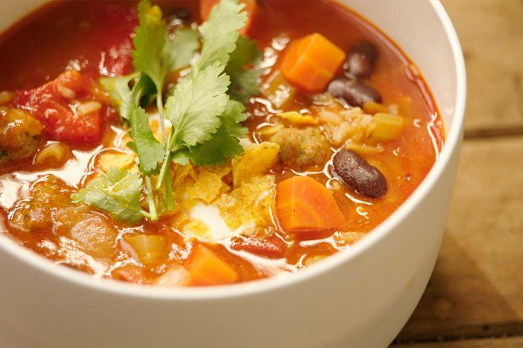 Gehakt, rijst, bonen en veel pittige specerijen zijn traditionele ingrediënten van een Mexicaanse chili con carne. Jeroen gebruikt ze om een pittige soep te maken met diezelfde typische smaak.