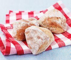 Med dessa rågsiktsfrallor får du ett lyxigt bidrag till frukostbordet. Då degen förbereds dagen innan går det snabbt och enkelt att förbereda sommarfrallorna på morgonen för att sedan kunna njuta av nybakat bröd till frukost.