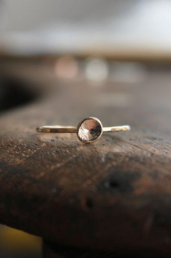 Kiesel Bio 14k gold, Ring, solid gold Ring, Eco freundliche, Recycling, solid gold Band, dünnen goldenen Band, Setzring, Stack ring   {D e t a i l s}  Dieses Angebot gilt für einen Kieselstein-Ring in wunderschönen recycelt 14 k gelb Gold!  Zuerst ich schmelzen Schrotte von 14k Gold in einen Ball und der Ball ist dann gehämmert flache und gewölbte leicht. Alle Ecken und Kanten sind glatt, obwohl Texturen gemacht während des Erstellungsprozesses bleibt unverändert. Keine zwei sind jemals…