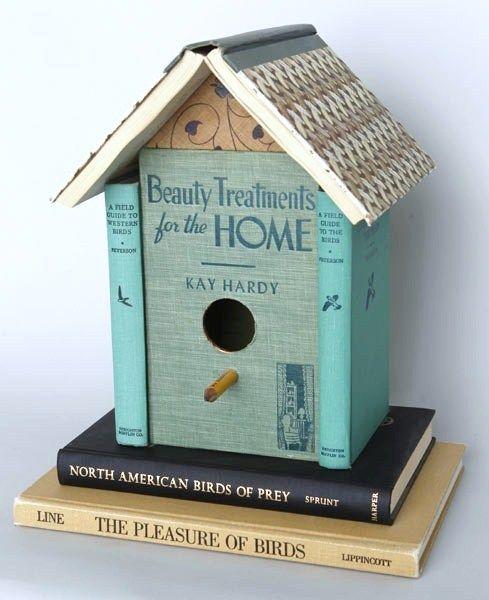 vogelhuisje van oude boeken