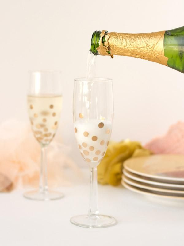 Add these adorable DIY polka dot champagne flutes to your next party. Gold Diy, Top 14, Dollar Store Crafts, Dollar Stores, Washi, Festa Party, Gold Polka Dots, Champagne Glasses, Champagne Bottles