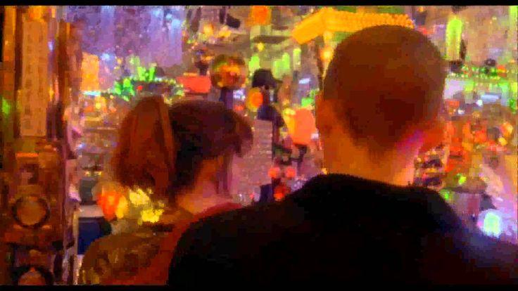 Enter the Void es una película francesa de drama fantástica estrenada en 2009. Descrita por su escritor y director Gaspar Noé como un «melodrama psicodélico», está protagonizada por Nathaniel Brown, Paz de la Huerta y Cyril Roy. Escenificada en los ambientes de clubes nocturnos de Tokio, la historia sigue a Óscar, un joven narcotraficante estadounidense que sufre un disparo por la policía, pero continúa viendo los siguientes eventos durante una experiencia extracorporal.
