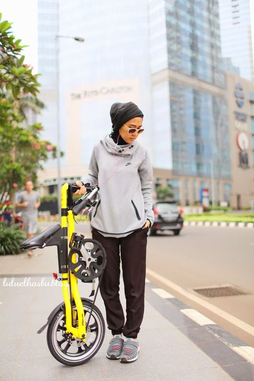 Re pinned : another sport is bike riding which an outfit becomes difficult for a Muslim girl because you don't want it interfering with the legs. Here she has styled a baggy nike jumper over lose track pants.
