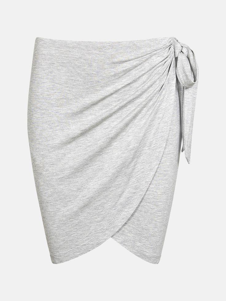 Kjol i mjuk kvalitet med draperad omlottfront som är fastsydd. Resår i midjan och brett knytband i sidan.   Melerad grå
