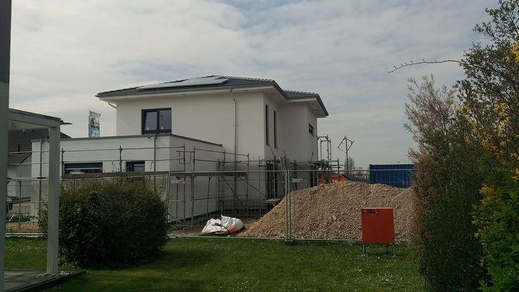 Das Gerüst kommt weg #KfWEffizienz40Plus #NeubauMusterhaus #OKALHausinLeipzig #Leipzig #Stromspeicher #Photovoltaik #Musterhaus #OKAL #KfW #Haus #bauen #nachhaltig