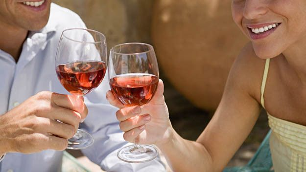 Τα ζευγάρια που πίνουν μαζί, μένουν μαζί! - http://ipop.gr/themata/eimai/ta-zevgaria-pou-pinoun-mazi-menoun-mazi/