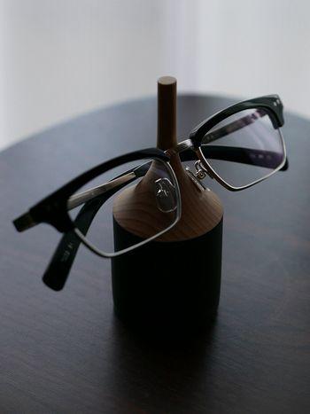 クラシカルなレキシントンメガネは、置いてあるだけで存在感があってダンディな風合いを見せてくれます。 作った職人さんの名前が彫られているところに、特別感と品の良さを感じますね。