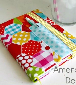 Capa de tecido para caderno com porta caneta