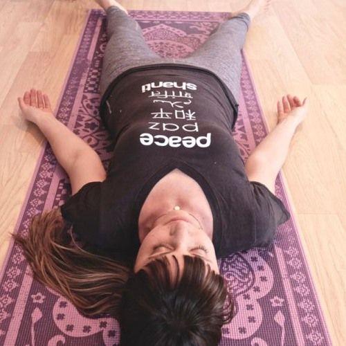 Vous connaissez tous (ou presque) savasana - cette délicieuse posture que nous attendons tous avec tant de bonheur à la fin d'un cours de yoga. Une posture de détente totale souvent accompagné soit d
