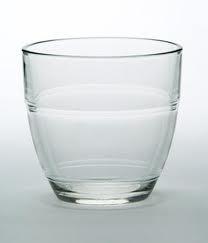 Les verres de la cantine : quel âge as-tu ? le plus vieux va chercher de l'eau !