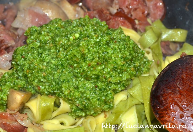Pesto cu leurdă, busuioc și migdale