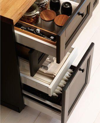 METOD kök med LAXARBY luckor och lådfronter. Dubbla lådor innanför en lådfront.