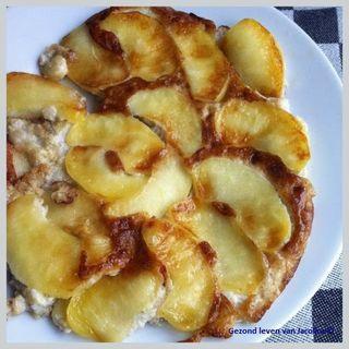 Banaan appelpannenkoek (zonder granen / meel)  Een heerlijk en goed vullend ontbijt is een goed begin van de dag. Helemaal met deze fruitige banaan appelpannenkoek. Oké, de naam pannenkoek is misschie