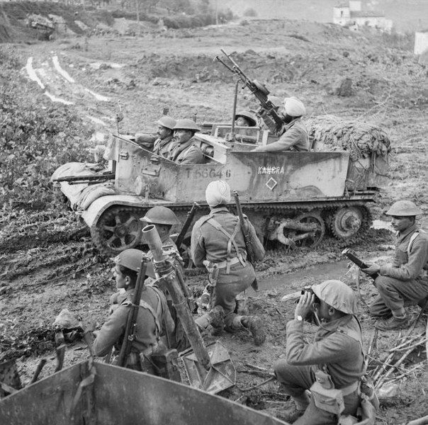 """Light armored vehicle """"Universal Sarrier"""" during the Italian campaign of 1943.Note the unusual set of weapons - captured MG-42"""