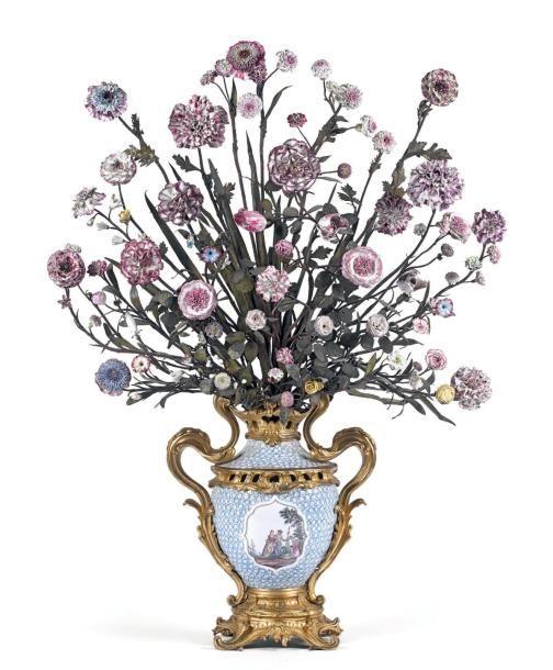 622 500 € Pot-pourri en #porcelaine dure de Meissen accueillant environ quatre-vingts fleurs, principalement en pâte tendre de Vincennes, tiges en tôle peinte, monture en #bronze doré. Époque Louis XV, vers 1748-1752. Dim. : 98 cm OVV Fraysse & Associés, vente le 9 avril 2014