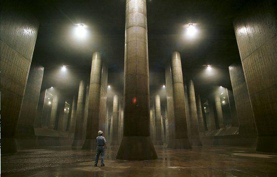 G-cans-1. Le G-Cans est composé d'un gigantesque réservoir principal, haut de 25,4m pour une longueur et largeur de 177m. Il est relié à cinq silos de confinement en béton par un réseau de 6,3 kilomètres de canalisations souterraines de 10,6 mètres de diamètre.
