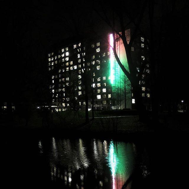 Decembersfeer in #Overvecht. De indrukwekkende winterlichtjes van Woonzorgcentrum 't Huis aan de Vecht schijnen weer :) De #Klopvaart kleurt rood en groen in de nacht...