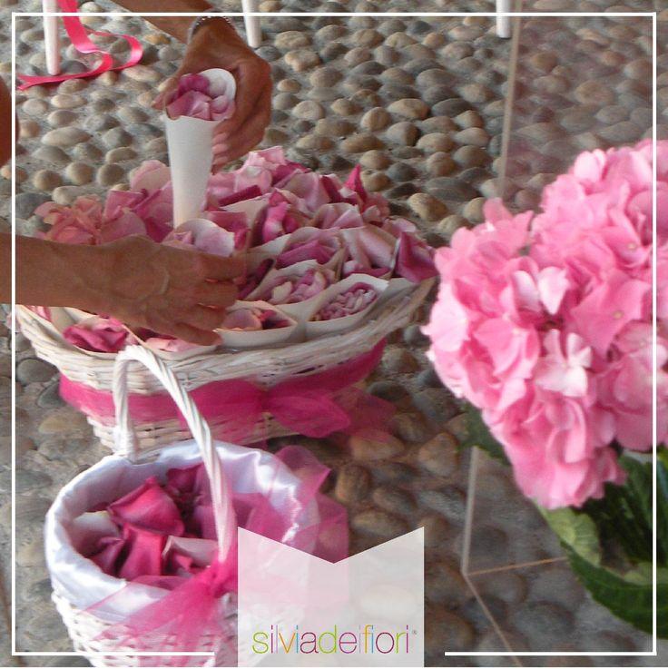 Petali di fiore dedicati agli sposi in sostituzione del riso