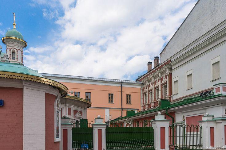 Красный монетный двор на Красной площади Слева  -  восстановл.  Казанский  собор, В правой части кадра видна небольшая часть здания двухэтажных палат 1697 года (2-й этаж), что большей частью находятся во внутреннем дворе Монетного двора.