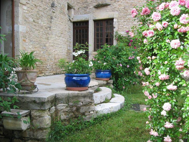 'Yvonne Rabier', une rose ancienne orl�anaise, d�core un pot plac� pr�s des vieilles marches en pierre...