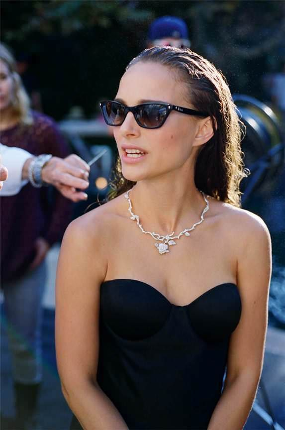Natalie Portman rockin Ray Bans