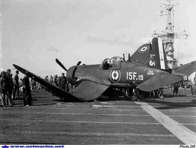 """Crash d'un F4U-7 sur le pont du porte avions """"La Fayette"""" en 1956."""