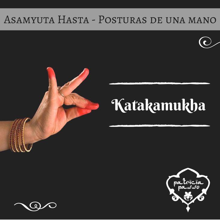 """Los MUDRAS están llenos de significado, cada torsión o movimiento de la mano es un símbolo muy poderoso que te ayuda a armoniza el cuerpo con los ciclos cósmicos y pacificar tu mente. Katakamukha es un mudra que utilizamos mucho en clase, significa que estáis """"Abriendo un brazalete"""". ¡A practicarlo! #AprendiendoMudras"""