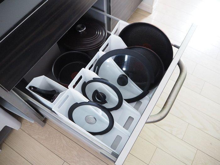 調理道具が楽に出し入れできるよう フライパンやふたをはどのように収納していますか 片付けのプロによると ファイルを使って立てるが正解 とのこと やり方はとっても簡単 収納 フライパン 鍋 インテリア 収納
