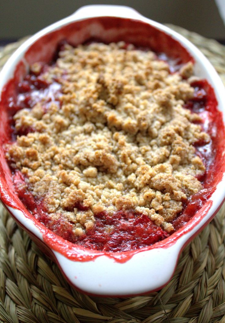 Strawberry and almond crumble (gluten-free) - THE BLURRY LIME