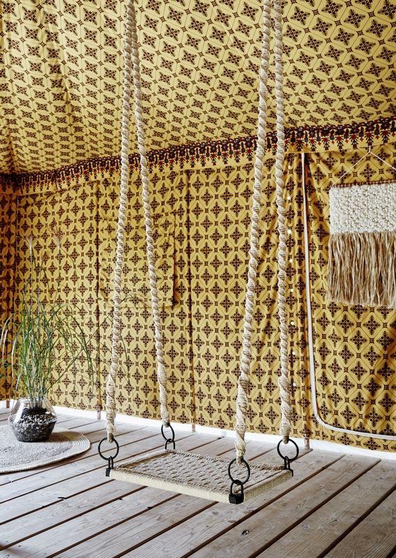 Balançoire en macramé de la marque Madam Stoltz Dimensions : 55 cm x 36 cm x 150 cm. Matière : coton et métal.Fermer Elle s'accroche au plafond à l'aide de crochets (non fournis).