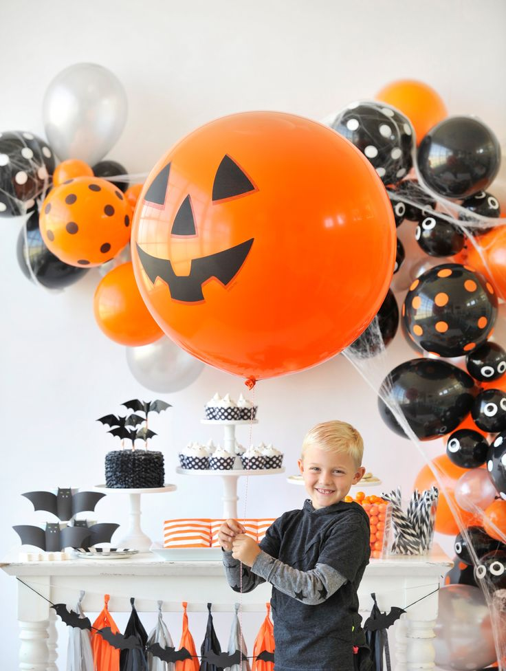 Spiders, and pumpkins, and bats, oh my! Get your Halloween inspiration on with this spook-tacular soirée from Happy Wish Company