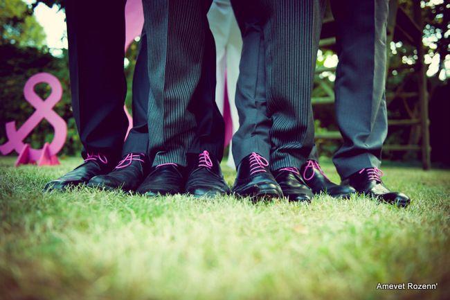 idée: lacets hommes identiques selon la couleur du mariage (violet? gris?)